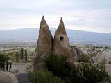 Две скалы-близнецы у деревни Учхисар / Фото из Турции