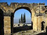 Каменная арка и кипарисы / Фото из Турции