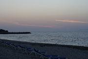 Вечер на пляже - солнце спряталось за остров Дий / Фото из Греции
