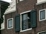 на балконе мансарды чернокожий мужчина... / Нидерланды