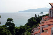 Вид на север - крыши отеля и еще один остров / Фото из Малайзии