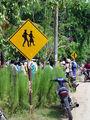 Дорожный знак - ходить только парой / Фото из Малайзии