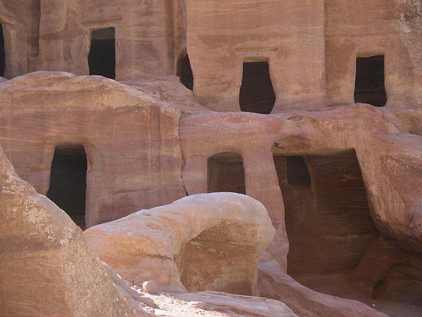 Гробницы для небогатых набатейцев / Фото из Иоpдании