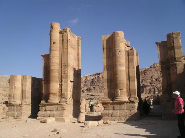 Развалины колоннады / Фото из Иоpдании