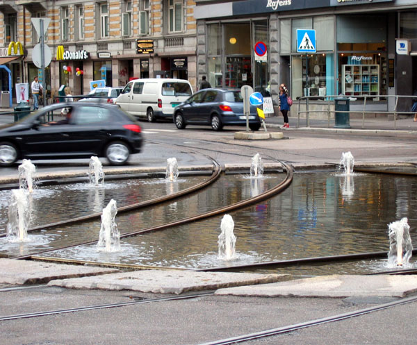 Фонтан посреди трамвайных путей / Фото из Норвегии