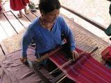 Женщина народности палаунгов за ткачеством / Мьянма