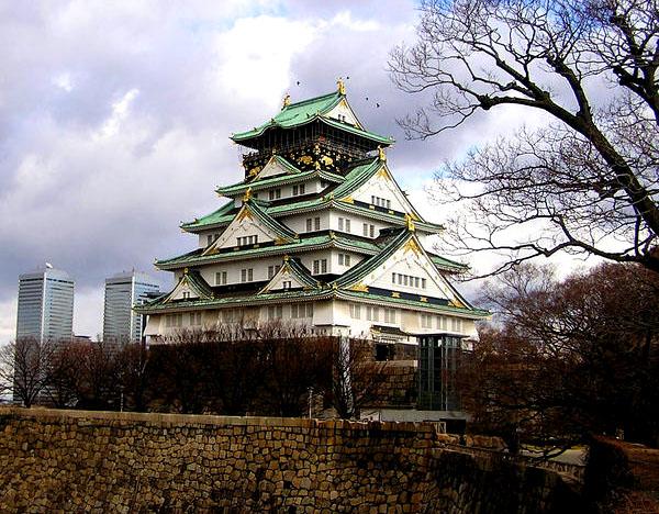 Заново отстроеный замок Osaka-jo / Фото из Японии