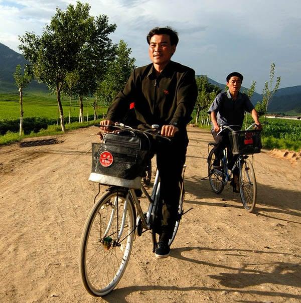 На работу на велосипеде / Фото из Северной Кореи