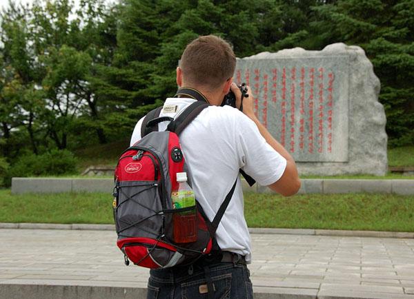 Серые камни с революционными письменами / Фото из Северной Кореи