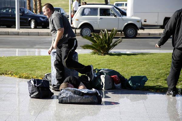 Спят на чемоданах / Фото из Египта