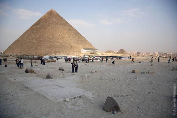 Со стороны пирамид виден город / Фото из Египта