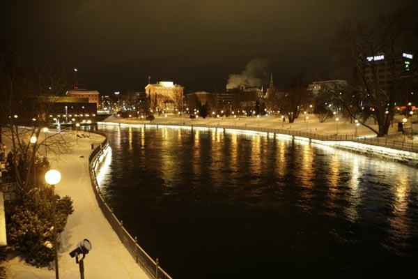 Подсвеченная набережная / Фото из Финляндии