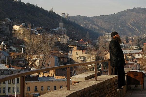 Монах рассматривает камни Метехи / Фото из Грузии