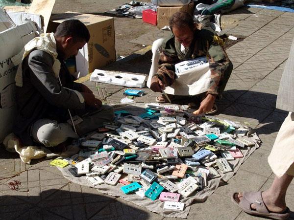 Рынок. Продажа аудиокассет / Фото из Йемена