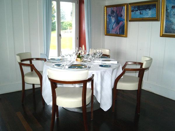 Столик в ресторане Annex - с тарелками Versace / Фото из Швейцарии