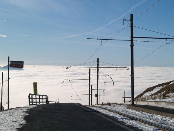 Железная дорога уходит далеко вниз / Фото из Швейцарии