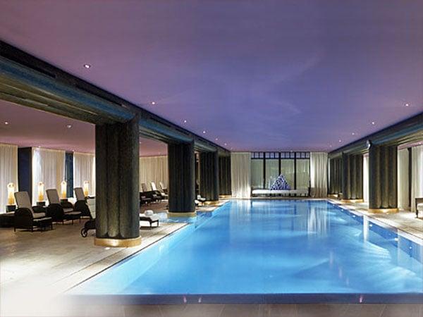 Неоновый бассейн в spa-комплексе La Reserve / Фото из Швейцарии