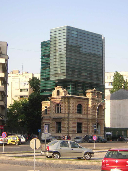 Старое здание с современной надстройкой / Фото из Румынии