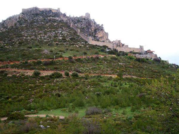 Замок Св. Иллариона виден из Кирении / Фото с Кипра