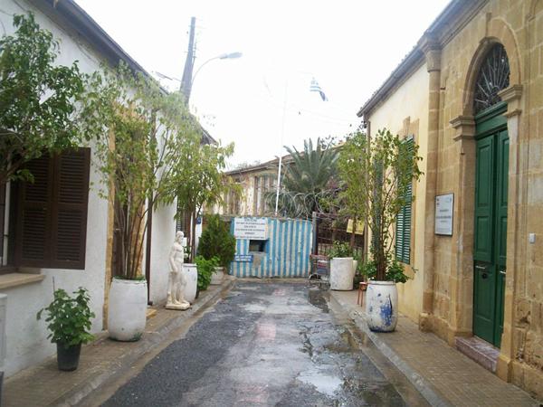 Кусок стены между домами / Фото с Кипра
