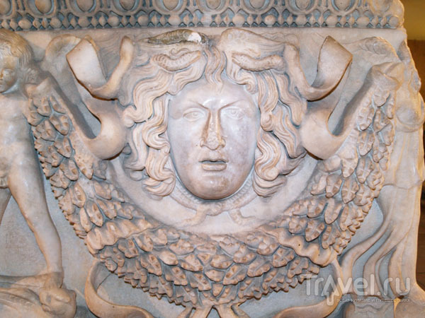 Медуза Горгона на античном саркофаге / Фото из Турции