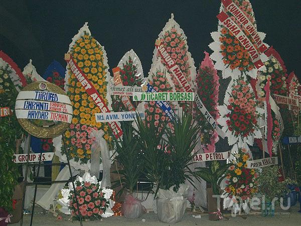 Венки на праздник - у входа в отель Dedeman / Фото из Турции