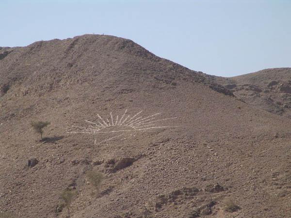 Символ выложен на склоне горы / Фото из Йемена