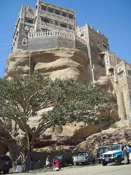У подножия суетились туристы / Фото из Йемена