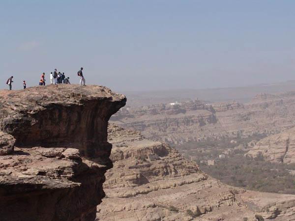 'Белые мистеры' на обрыве / Фото из Йемена