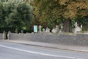 Рядом с церковью расположено кладбище / Великобритания