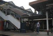 Спуск на платформы на небольшой станции в Большом Лондоне / Великобритания