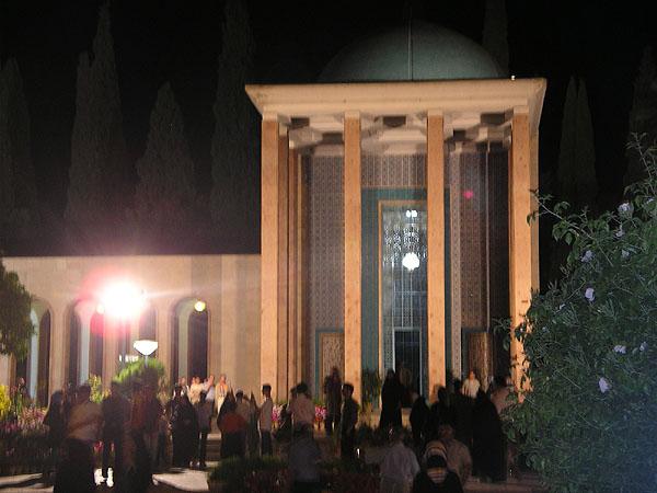 Мемориал Саади в ночной подсветке / Фото из Ирана