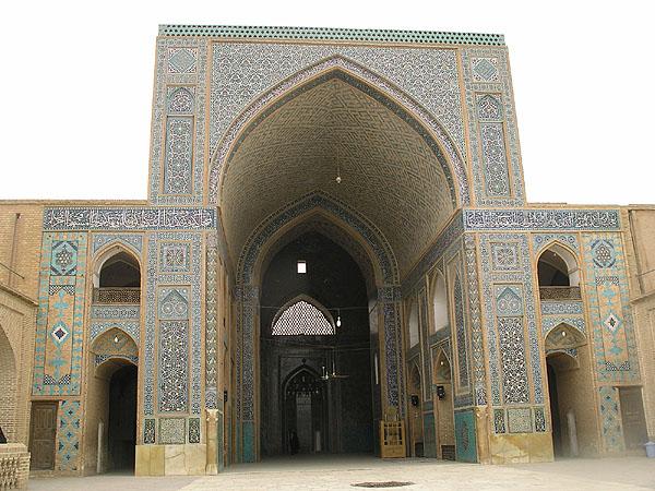 Во внутреннем дворе мечети Jameh / Фото из Ирана
