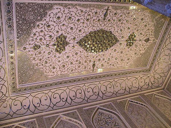 Шикарный потолок в одной из ресторанных комнат в Malek o-Tojjar / Фото из Ирана