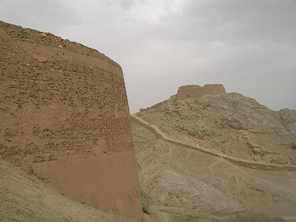 Две Башни Молчания - на переднем и заднем плане / Фото из Ирана