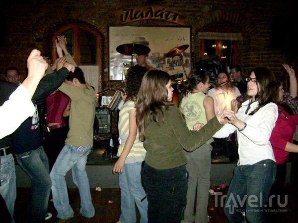 Греческие подростки 'зажигают' и под народную музыку / Фото из Греции