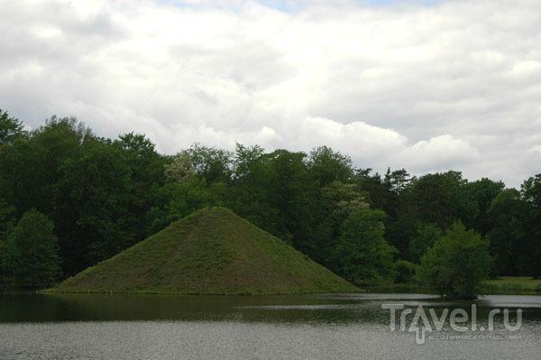 Пирамида-усыпальница на озере / Фото из Германии