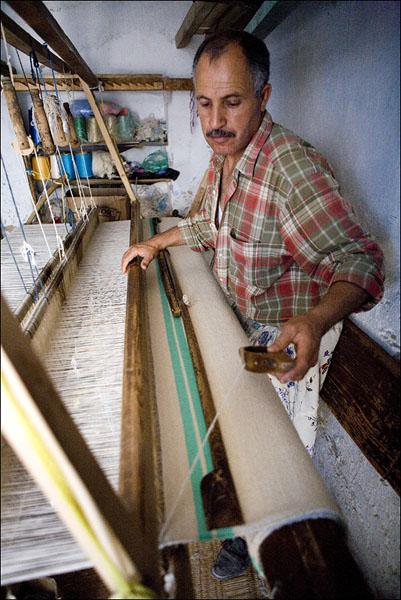 Мастера повсеместно ткут и обычные рулонные коврики / Фото из Туниса