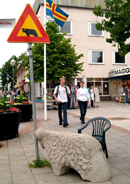 Аландский юмор: баран бодает указатель с бараном / Фото из Финляндии