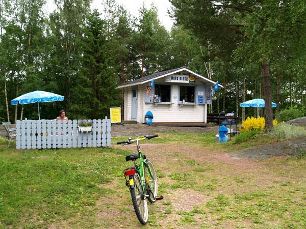 Киоск - единственный на этой дороге / Фото из Финляндии