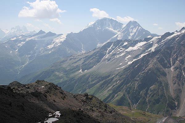 Вид на Главный Кавказский хребет / Фото из России