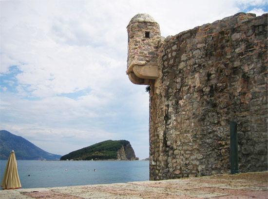 Крепостные стены, окружающие город / Фото из Черногории