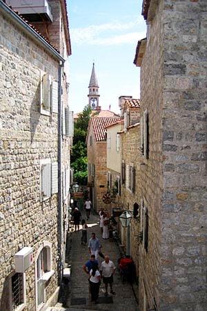 Узенькие и кривые пешеходные улочки / Фото из Черногории