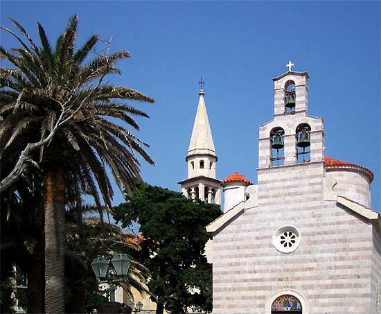 Церковь на фоне пальм / Фото из Черногории