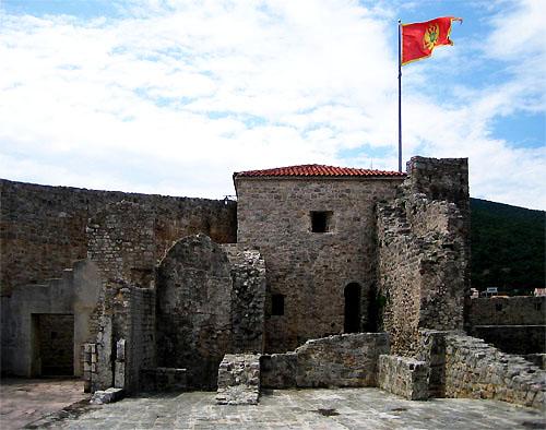Там реет флаг государства Черногория / Фото из Черногории