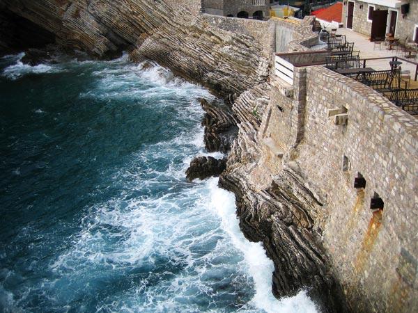 Вода кипит на камнях / Фото из Черногории