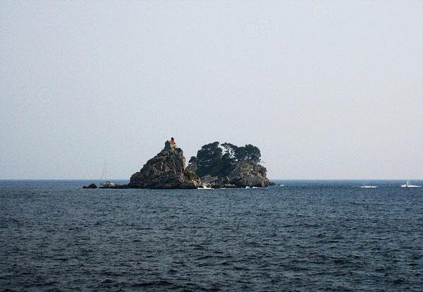 Остров посреди залива / Фото из Черногории