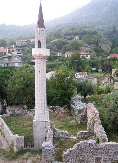 Минарет у подножия / Фото из Черногории