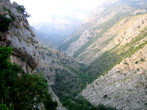 Обрыв и неприступные горы / Фото из Черногории