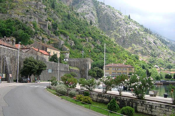 Город между водой и горами / Фото из Черногории